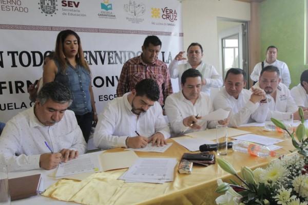 Regularizarán escrituras de 320 escuelas de la Huasteca Baja