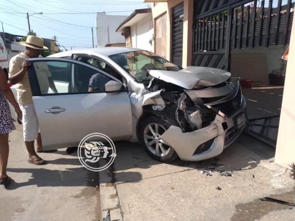 Se estampa vehículo contra vivienda; no hubo lesionados