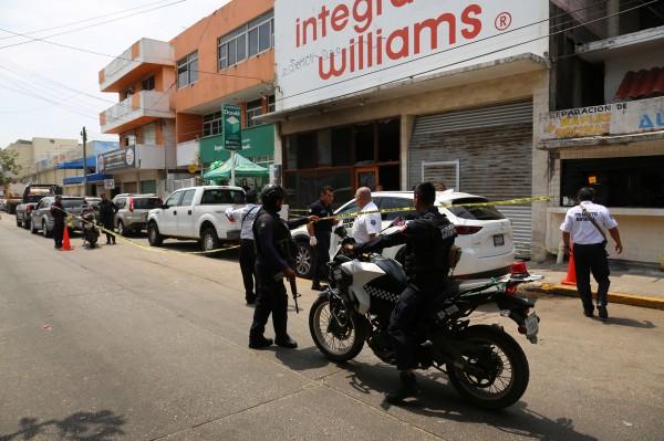 Vigilan mueblería quemada en Coatzacoalcos