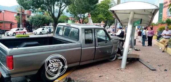 Pierde el control y choca contra parabús en Orizaba