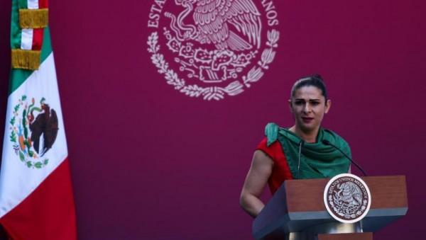 Deportistas reclaman adeudos a Ana Guevara en abanderamiento