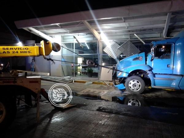 Tráiler se estrella contra central de autobuses en Veracruz