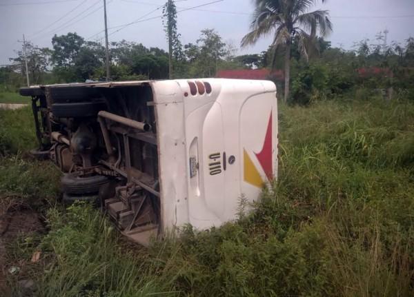 Vuelca autobús en Cosoleacaque; cinco personas lesionadas