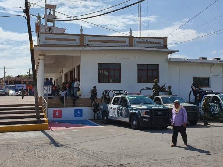 Alcalde de Tlalixcoyan sitia municipio contra operativo del Ejército y SSP-Veracruz; logra acuerdo, dice