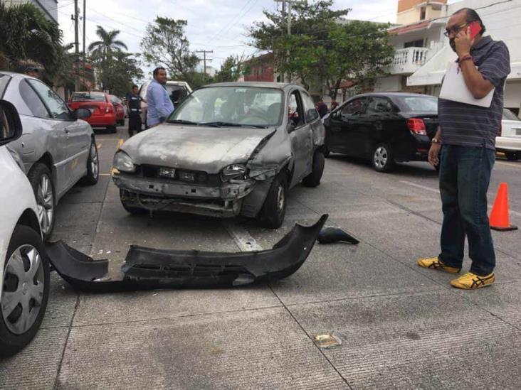 Camioneta de valores choca con automóvil particular en Veracruz
